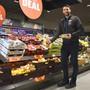 Filialleiter Michael Bauhuber präsentiert den neuen Frischebereich in der umgebauten Aldi-Suisse-Filiale mit rund 120 Obst- und Gemüseartikeln.