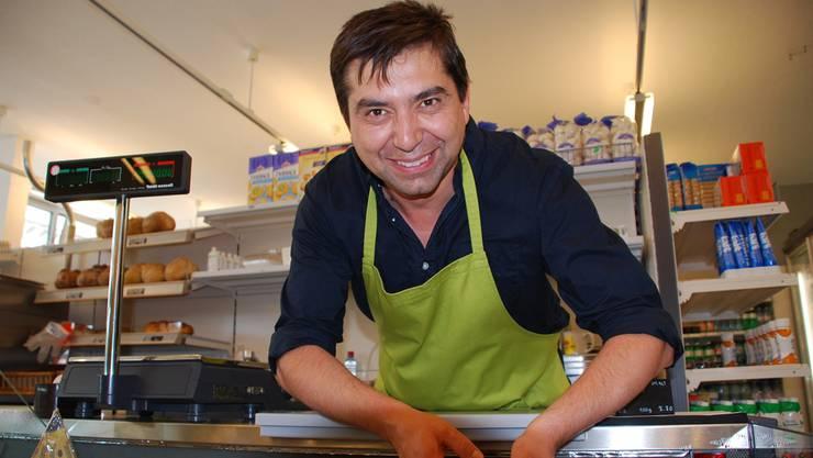 Sein Sortiment entwickelt er zusammen mit den Kunden: Timucin Demir an der Käsetheke des «Chrättli».
