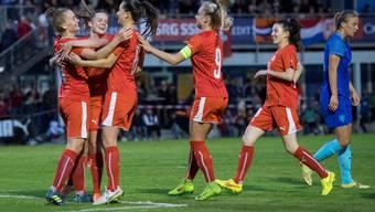 Die Schweizerinnen feiern das 2:0 gegen Holland beim Frauen-U19-Fussball-Länderspiel vom Freitag, 15. September 2017, in Brunnen. Am Vierländerturnier nahmen Mannschaften aus Holland, Schweden, Norwegen und der Schweiz teil.