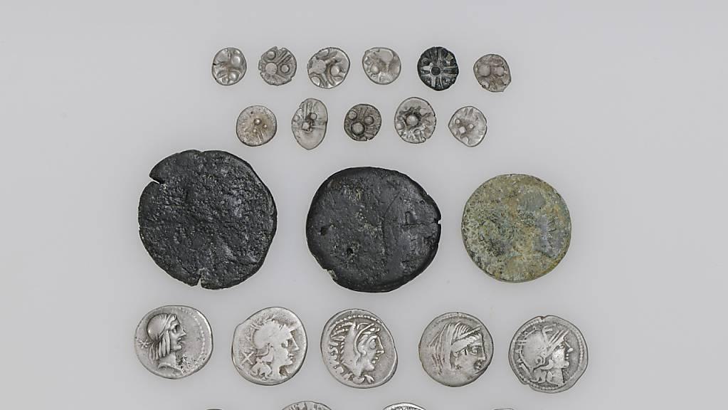 Die Entdeckung in einem Zuger Waldstück besteht aus 20 Silber- und 3 Bronzemünzen aus keltischer und römischer Zeit.