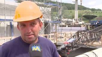 Der Kranführer und ein Gerüstbauer hatten auf der Baustelle in Reinach AG Glück im Unglück. Sie konnten dem Koloss haarscharf ausweichen.