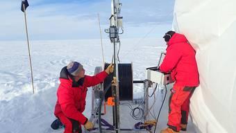 Bei minus 31 Grad Celsius testen die Forschenden den Berner Minibohrer in Grönland. In nur eineinhalb Stunden kam der Eisbohrer auf eine Tiefe von 20 Metern.