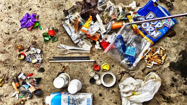 Verpackungen, Scherben, Zigaretten: Oft werden Abfälle in Flüssen und Seen entsorgt – auch Energiedienst findet in den Rechen einiges an Unrat. Swiss Litter Report