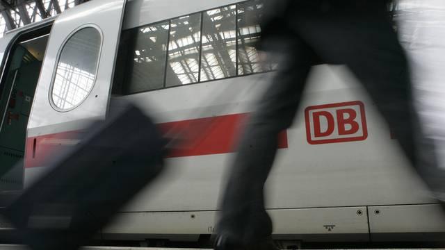 Ein Reisender geht an einem ICE-Zug der Deutschen Bahn vorbei (Archiv)