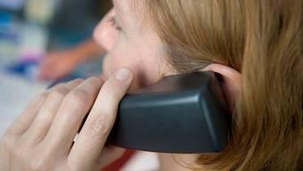 Reden kann in psychischen Krisen helfen. Ein offenes Ohr bietet auch die Dargebotene Hand unter der Telefonnummer 143.