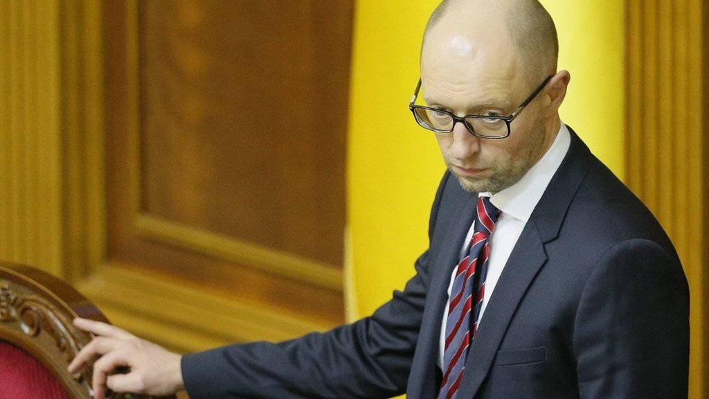 Der ukrainische Ministerpräsident Arseni Jazenjuk räumt seinen Sessel. Mit dem Rücktritt mache der umstrittene Premier den Weg frei für eine neue Regierung. (Archivbild)