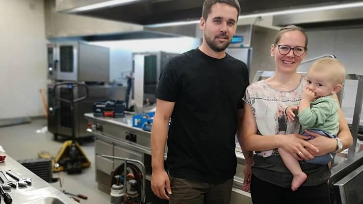 Peter Schneider (35) und Manuela Schmid (34, mit Söhnchen Fabio) in der Küche, in der am Freitag der Schlussspurt lief.