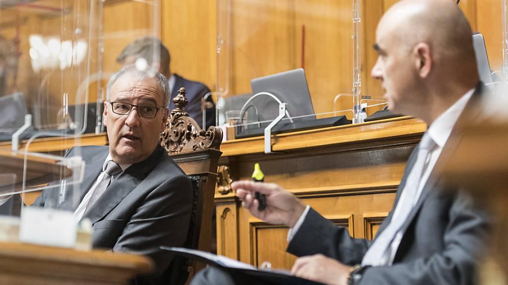 Wirtschaftsminister Guy Parmelin (links) und Gesundheitsminister Alain Berset wurden an der ausserordentlichen Corona-Session im Nationalrat weitgehend geschont. Die grosse «Chropfleerete» dürfte bei der Beratung zum Covid-19-Gesetz folgen.