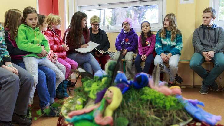 Milena Adamo liest auf dem Spielplatz Güggi zur Einstimmung eine Geschichte vor