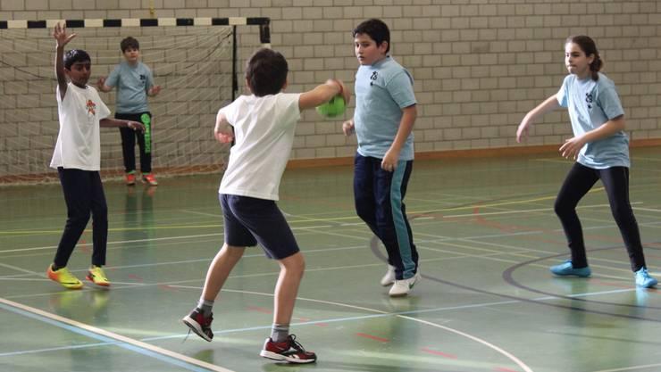 Ein weicher Ball und weniger Körperkontakt: Streethandball ist einfach zu lernen und für Kinder daher gut geeignet. Sarah Fuhrer