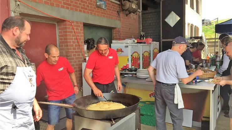 Über 60 Kilo Rösti servierte der Feuerwehrverein den Gästen an Auffahrt.