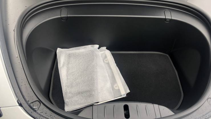 Kofferraum unter der Fronthaube.