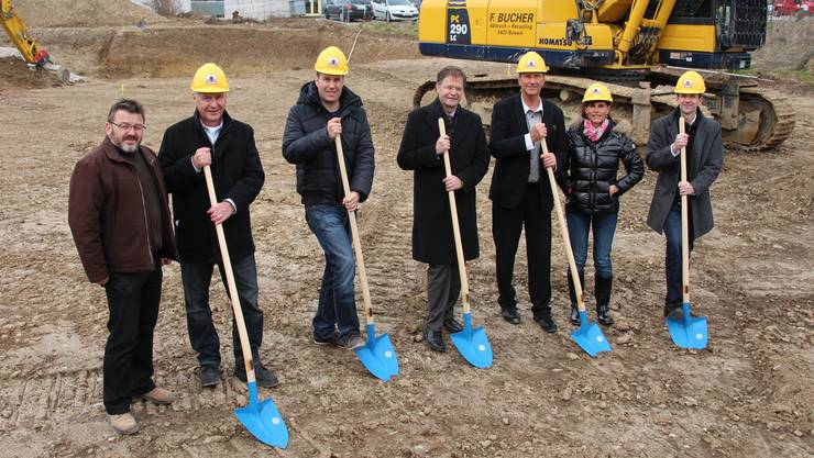 Feiern gemeinsam den Baustart am Gewerbering (von links): Jörg Weiss (Bauleiter), Jörg Hüsser (Architekt), Philippe Hüsser, Walter Dubler (Gemeindeammann), Peter Wiederkehr (Verwaltungsratspräsident Wipac), Jacqueline Wiederkehr (Geschäftsführerin) und David Wiederkehr (Geschäftsführer).ROB