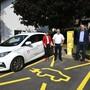 Gemeindepräsidentin Silvia Spyher und Gemeinderat Peter Bichsel konnten das Elektroauto samt Ladestation von Josef Behrens (Regio Energie Solothurn) und Mark Ritzmann (Sponti-Car) entgegennehmen (von links).