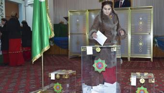 Turkmenin gibt ihre Stimme ab unter den Augen des Präsidenten