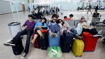 Flug verspätet! Diese Reisenden sind zum Warten gezwungen, weil ihr Flug nicht planmässig abhebt. Unter gewissen Bedingungen können sie eine Entschädigung geltend machen. Albert Gea / Reuters