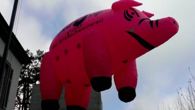 Mit einem fliegenden Sparschwein demonstrieren die Mitglieder des Bündnisses «Aargau mit Zukunft» vor dem Grossratsgebäude für eine «Wende in der Finanzpolitik».