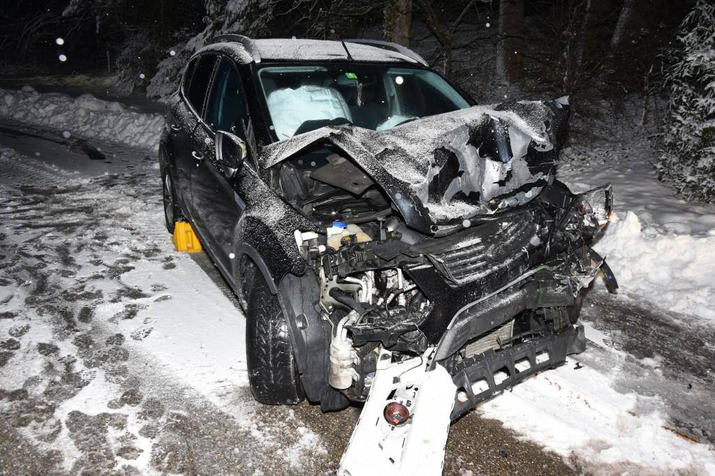 In Engelburg kam es zu einer Frontalkollision zwischen einem Lastwagen und einem Auto. (© Kantonspolizei St.Gallen)