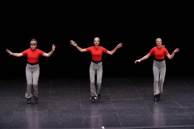 """Die Vize-Schweizermeisterinnen im Trio der Junioren, Simona Gallacchi, Linda Stefanutti, Luria Hampe mit """"Baby I'm Yours""""."""