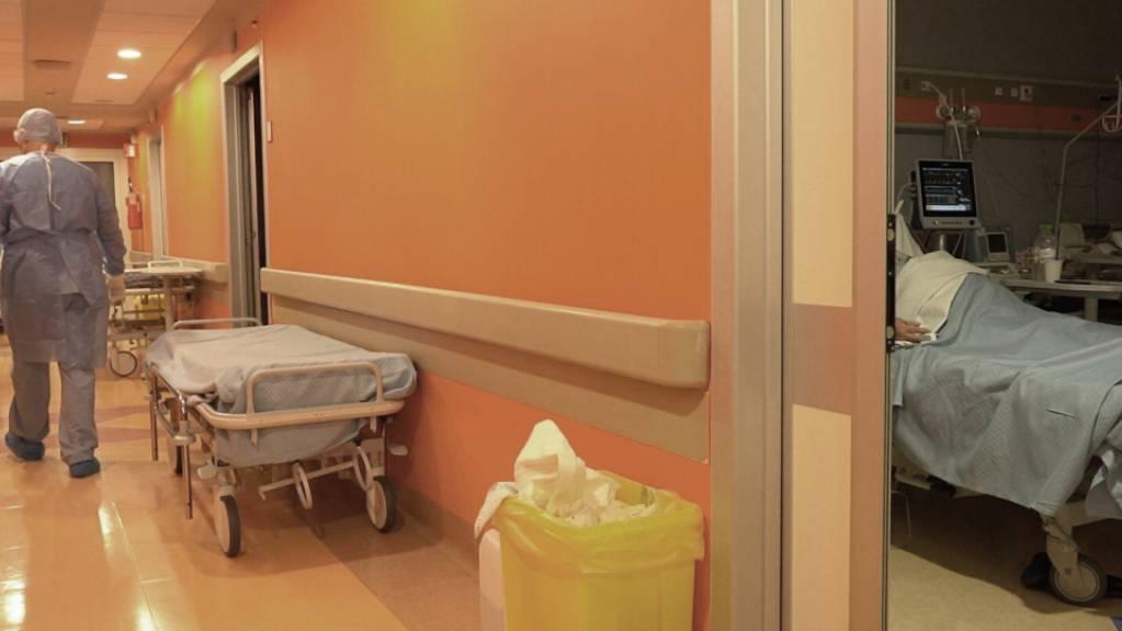 Paolo Petrassi, Koordinator der Nachtschicht im Krankenhaus «Casalpalocco Covid 3», geht einen Korridor entlang. Foto: Andrea Rosa/AP/dpa