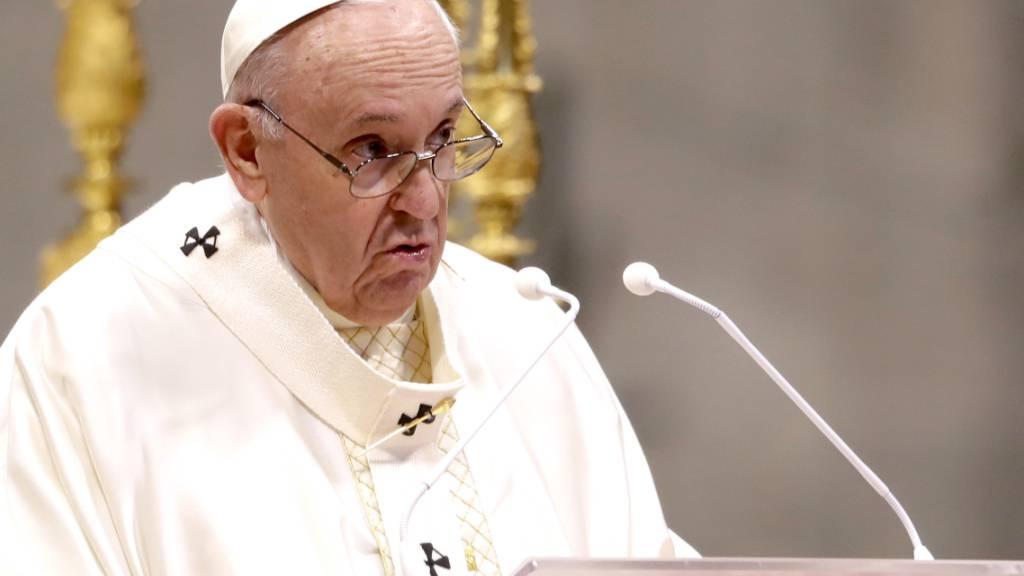 ARCHIV - Papst Franziskus spricht während einer Zeremonie zur Weihe von neun neuen Priestern. Foto: Andrew Medichini/AP/dpa