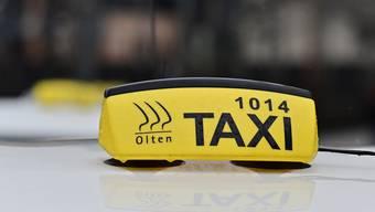 Auch die Fensterscheibe eines Oltner Taxis schlug der Angeklagte ein.