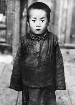 Geboren wurde der XIV. Dalai Lama unter dem Namen Lhamo Döndrub im Nordosten Tibets, als Sohn einer Bauernfamilie. Er war eines von 16 Kindern.