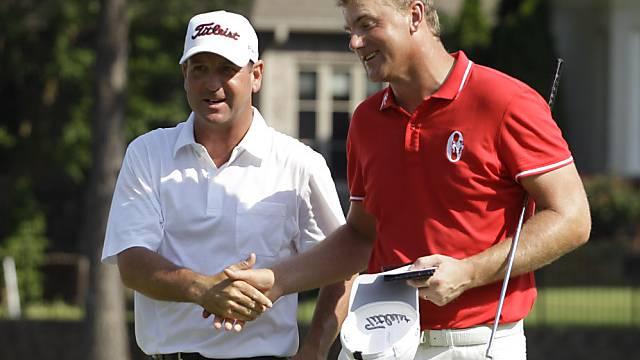 Harrison Frazar (links) lässt sich von Robert Karlsson gratulieren.