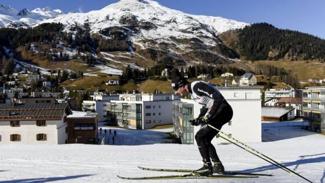Cologna vor Weiss und Grün: In Davos sind die Pistenverhältnisse gut, doch richtig winterlich siehts nicht aus. Foto: Keystone