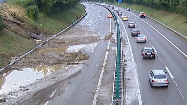 Gewitter: So schlimm sah es auf der A1 aus