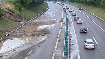 Die Autobahn A1 bei Wil (SG) stand am Sonntagabend unter Wasser. In Richtung Zürich war sie stundenlang gesperrt.
