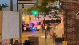 Schweizer Journalisten filmen den Einsatz von Gummischrot der Polizei in Minneapolis. (Fernsehbild)