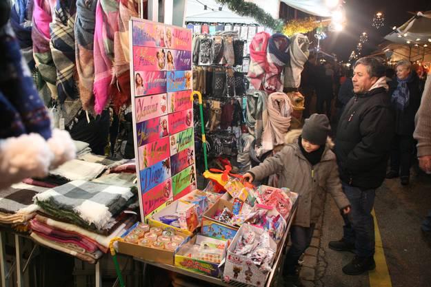 Der Weihnachtsmarkt in Frick erwies sich einmal mehr als Publikumsmagnet. Die Hauptstrasse gehörte am Samstag nicht dem motorisierten Verkehr, sondern dem Schlendrian.