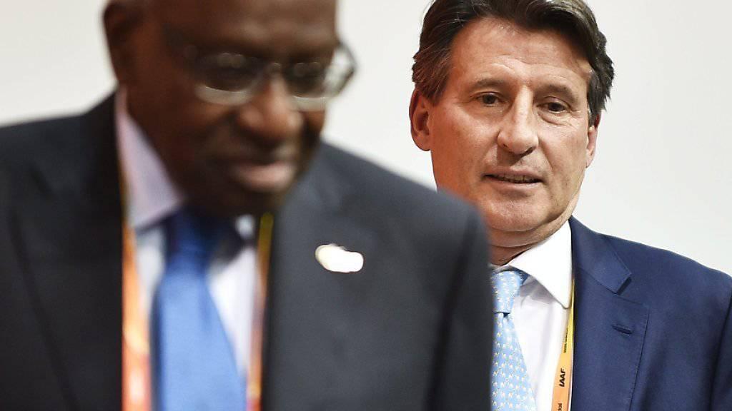 Mitwisser? Sebastian Coe (hinten), so glaubt die WADA, dürfte als früherer Vizepräsident von Lamine Diack (vorne) von den Praktiken seines Vorgängers gewusst haben