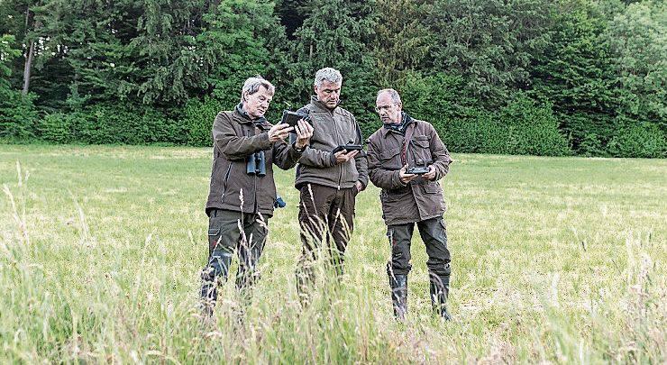 Jagdaufseher Roli Koch (Mitte) und seine Helfer beim Drohneneinsatz.