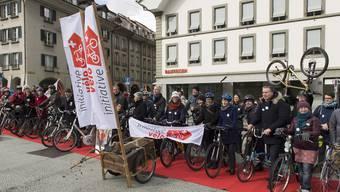 Die Initianten bei der Eingabe der Initiative am 5. März 2015.