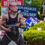 """Eine Pappfigur der Filmfigur """"Rambo"""", auf deren Kopf ein Bild des US-Präsidenten Trump geklebt wurde, steht am Ort eines Auftrittes des Präsidenten im Rahmen seines Wahlkampfes. Foto: Chris Tuite/ZUMA Wire/dpa"""