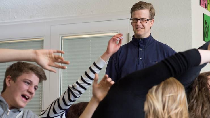 Bigler-Preisträger Achim Lück beobachtet seine Theaterschüler bei den Proben zu einem Stück über den im KZ ermordeten jüdischen Schlagertexter Fritz Löhner-Beda. Alex Spichale