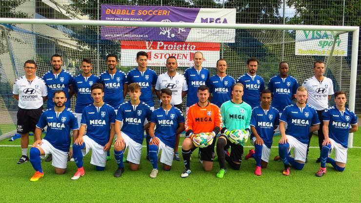 Die 4. Liga Mannschaft vom FC Frenkendorf mit Trainerstab