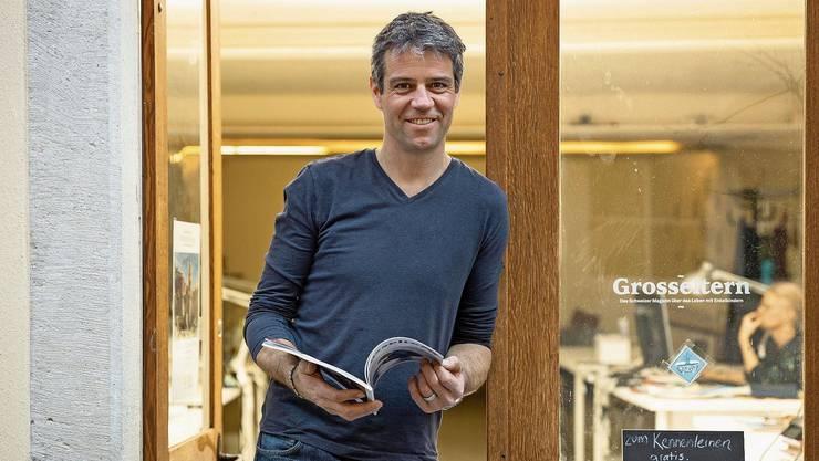 Dominik Achermann vor der Redaktion des Magazins an der Kronengasse in Baden.