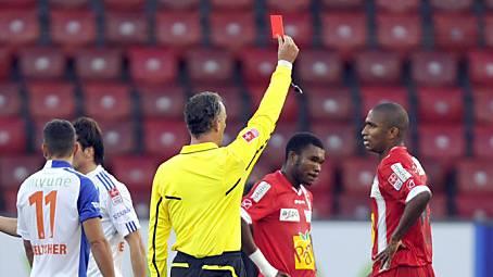 Schiedsrichter Laperriere zeigt Sions Adailton die Rote Karte