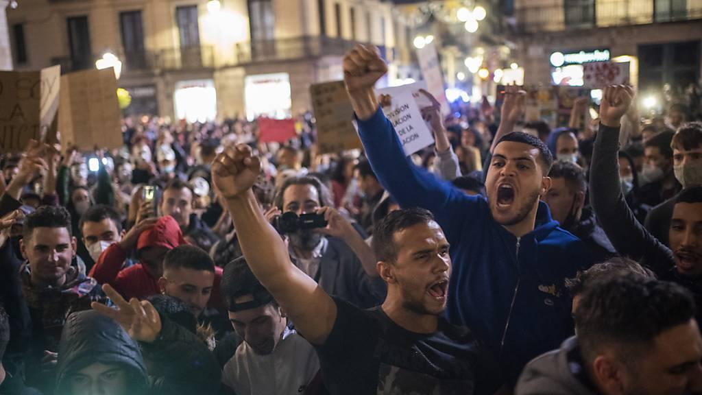 Demonstranten rufen Parolen gegen die Regierung bei einem Protest gegen die neuen Anti-Corona-Massnahmen. Bei dem Protest kam es zu Zusammenstößen mit der Polizei. Die Demonstranten protestierten gegen die Schließung von Bars, Restaurants und anderen Geschäften inmitten der Corona-Pandemie.