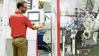 Aluminiumtuben werden auf einer Produktionslinie von Benpac hergestellt, auch für die Lebensmittel- und Pharmaindustrie.