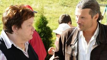 SVP-Nationalrat Oskar Freysinger spricht mit Kevins Grossmutter Verena Rey-Bellet, die seit Monaten auf den Entscheid wartet (Archiv)