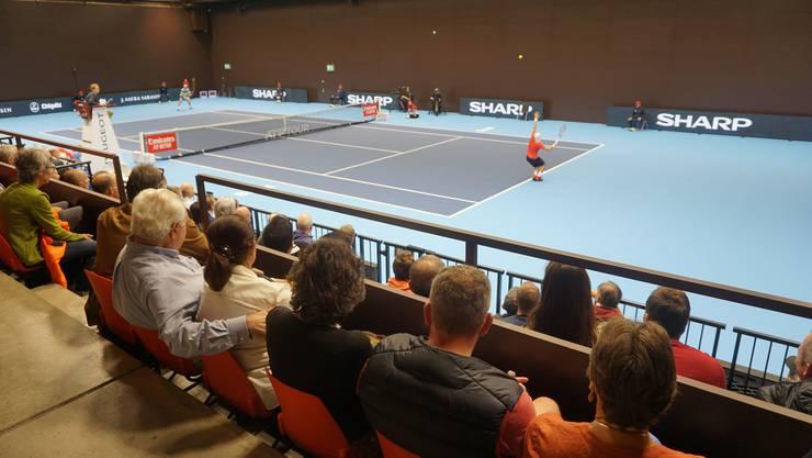 Gebannt schauen die Tennisfans dem Geschehen auf dem Nebenplatz zu.