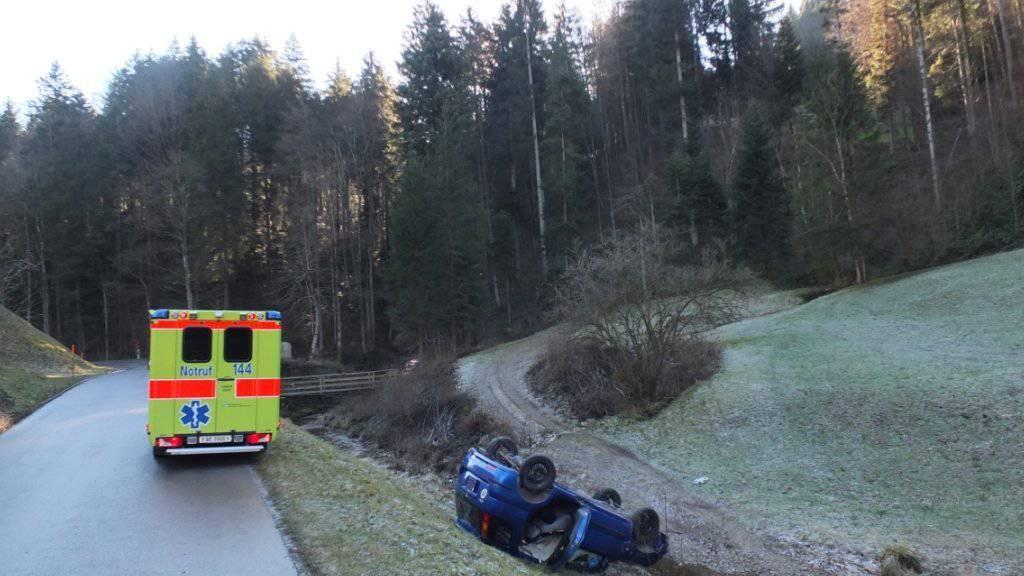 Glück im Unglück für zwei Rentner bei einem Autounfall im Kanton St. Gallen: Aus diesem Wrack konnten sie leicht verletzt geborgen werden.