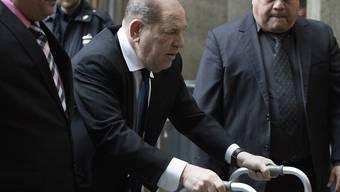 Ist nach einem Autounfall im August auf eine Gehhilfe angewiesen: der wegen Vergewaltigung angeklagte Ex-Filmproduzent Harvey Weinstein.