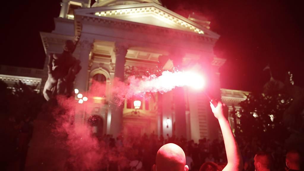 In der serbischen Hauptstadt Belgrad haben am Samstagabend erneut zahlreiche Menschen gegen die Coronavirus-Massnahmen der Regierung protestiert - diesmal aber friedlicher als am Freitagabend.