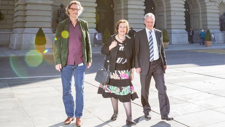 Von links Geri Müller, Christine Egerszegi und Hans Killer am zweitletzten Sessionstag vor dem Bundeshaus in Bern