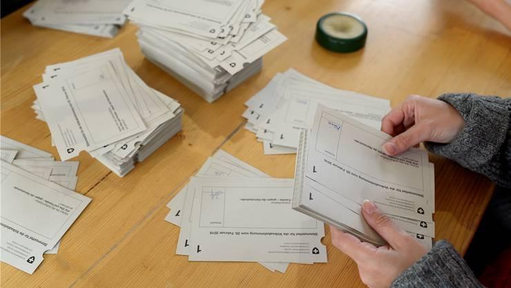 Im Aargau können die Stimmzettel früh ausgezählt werden, die Urnen schliessen spätestens um 11 Uhr, viele bereits früher am Sonntagmorgen.